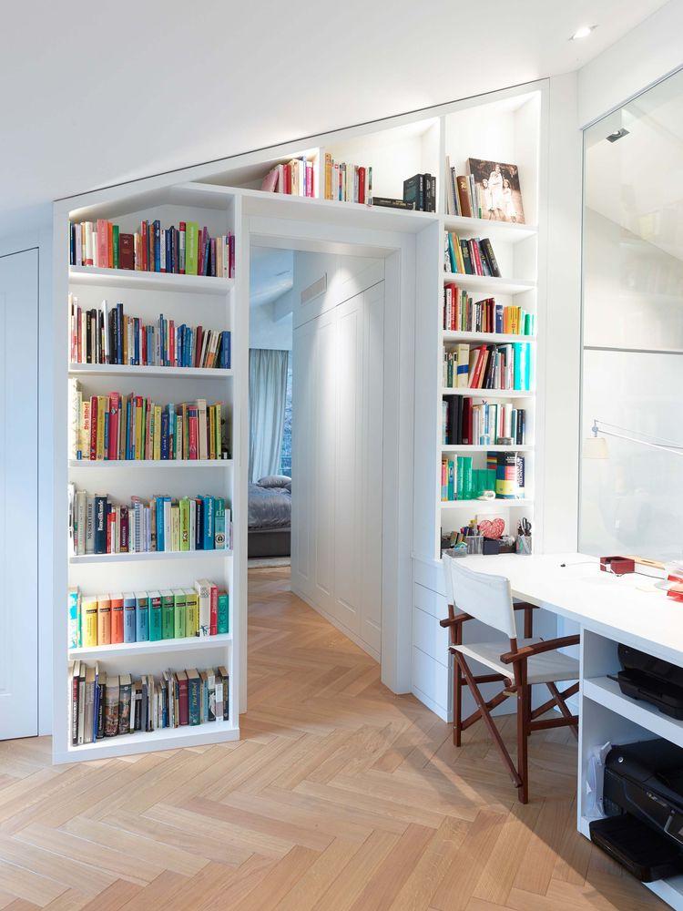 In Diesem Beispiel Verläuft Das Regal Entlang Der Dachschräge Und Ist Mit  Einem Durchgang Versehen. Das Regal Ist In Der Tiefe Auf Die Buchsammlung  ...