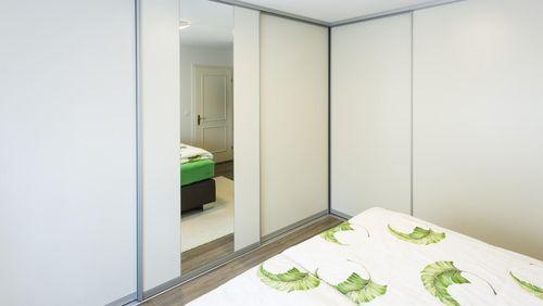 schrank mit schiebetren ikea wie zb trysil schrank mit schiebetren und schubladen weiss with. Black Bedroom Furniture Sets. Home Design Ideas