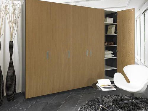 begehbarer kleiderschrank mit schiebet ren ankleide alpnach norm schrankelemente ag. Black Bedroom Furniture Sets. Home Design Ideas